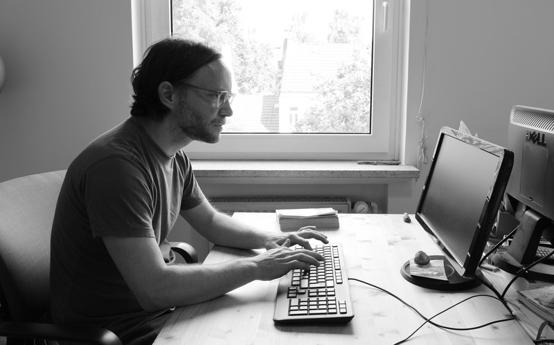 Karsten Redmann am Schreibtisch